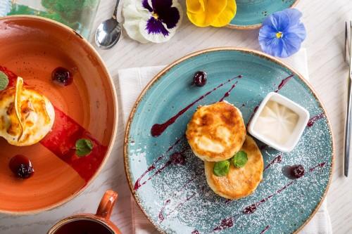 Quarkauflauf, muffins, bunte Teller mit Blumen