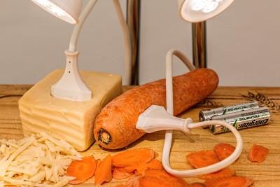 stecker in butter und stecker in karotte batterie energie licht