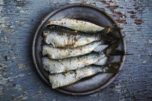 holztisch sardinen auf teller