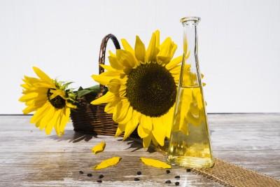sonnenblumen im korb ölflasche sonnenblumenöl